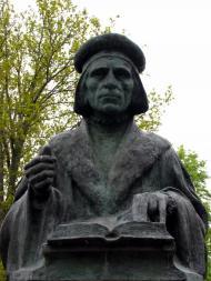 Neljäs valu Emil Wikströmin Agricola -muistomerkistä on Mikael Agricolan synnyinkunnassa Pernajassa lähellä Pernajan kirkkoa ja hautausmaata.