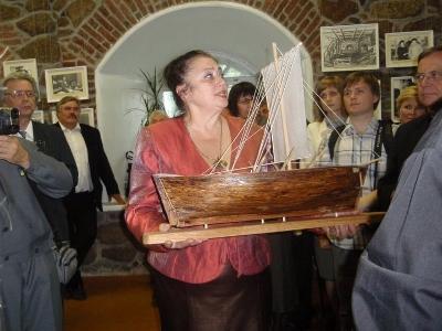 Viipurin linassa otettiin käyttöön Mikael Agricola - näyttelyhuone ja avattiin Agricolan juhlavuoden mitalikilpailutöiden näyttely. Linnan johtaja vastaanotti Reijo kaistin valmistaman jaalan.