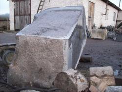 Muistomerkin noin 14 tn painava graniittinen jalusta on veistetty Kamennogorskissa (entinen Antrea).