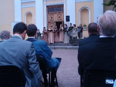 Kantika -kuoro esiintyi kirkon edustalla