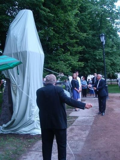 Jaakko Numminen ja Georgy Porjadin paljastatvat patsaan...